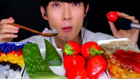 蜂巢蜜、芦荟、冰糖草莓、爆爆珠,都是网红美食呀,小哥有口福了