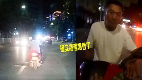 男子骑摩托车路中间惊现蛇形走位 多次冲入对向车道 场面险象环生