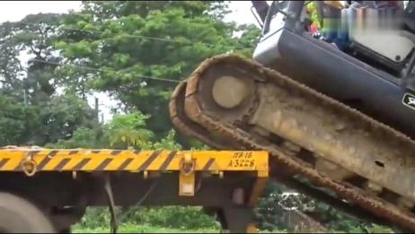 小型挖掘机上拖车,还挺有难度,这一看就是老司机!