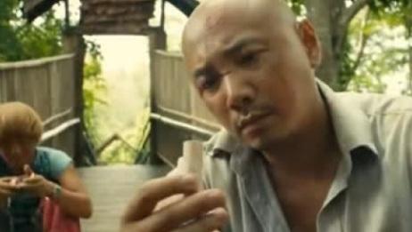 人再囧途之泰囧:男子看到王宝包里有这东西,他是开始怀疑了吗?