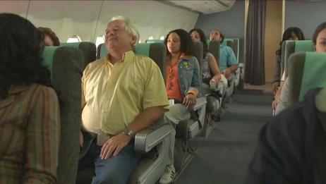 空难日:飞机从天上直坠而下,机上燃油爆炸产生一个大火球