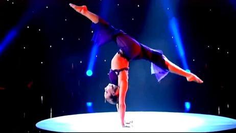 身体360度旋转!外国美女表演杂技,身体柔韧度让人目瞪口呆!