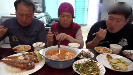 """韩国农村家庭的一顿饭:妈妈炖一锅海鲜豆腐""""汤"""",一家三口好能吃"""