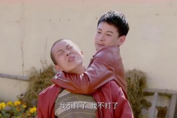 苦乐村官:秃头想欺负万喜,不料瞬间被万喜制服,大哥你脸疼不?