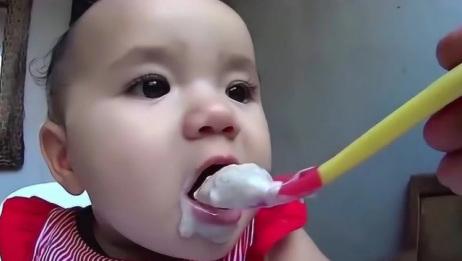 宝宝第一次喝酸奶,小脸酸的变了形,妈妈笑得停不下来!果然是亲妈