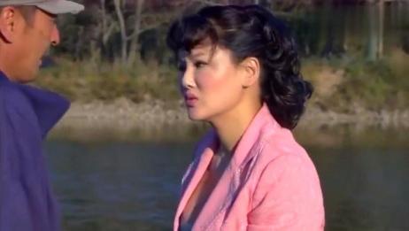 村里的二傻子,看到河边漂亮村妇,竟在路边耍起了流氓