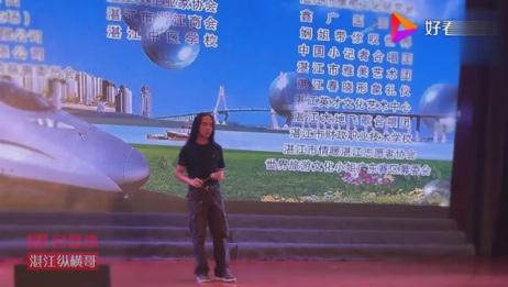 拾荒歌手符凡迪在湛江君豪酒店表演,受到粉丝热忱欢迎