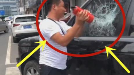 粗心爸爸把孩子锁车里,男子怒砸路虎,路人点赞!