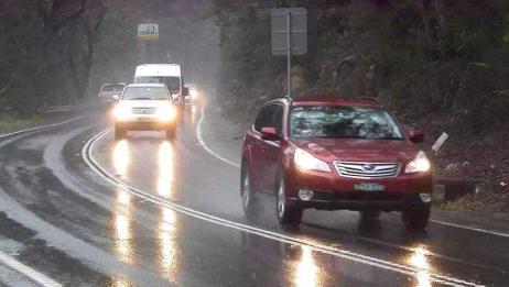 高速下雨开车最怕这样的司机,遇见就赶紧远离!