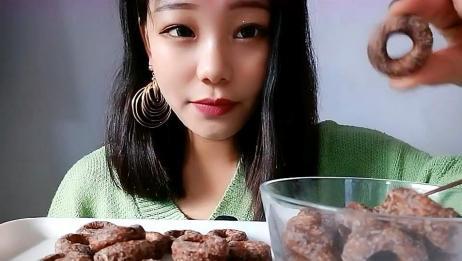 声控小姐姐吃曲奇饼干,都多大了还吃这么带劲,真是长不大的孩子