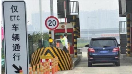 开车误入ETC车道咋办, 可以倒回去吗? 交警: 教你这样不会罚款