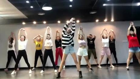 最近这个视频火了,好多美女齐跳舞,舞姿帅气,好喜欢!