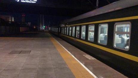 2084次(海拉尔到大连)海拉尔站四道出站(2018.8.31)
