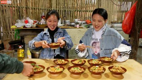 秋妹今天做农村宴席必有的土碗酥肉,又香又软,一次吃10碗,过瘾