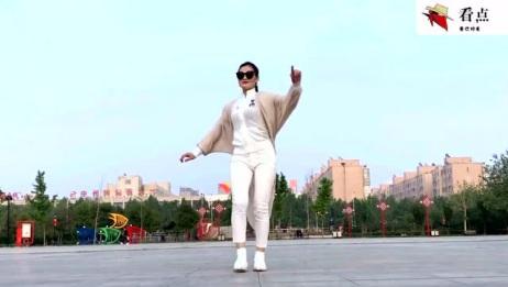 性感美女广场独跳广场舞《花桥流水》舞步妖娆动人,要火的节奏!