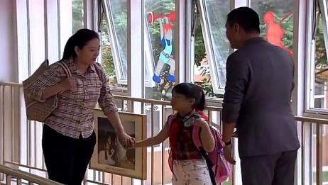 爸爸来接女儿放学,没想到老师问孩子有几个爸爸,尴尬了