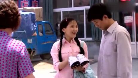 农村姑娘给男友在路边摊买鞋,老板娘:我这可是世界名牌
