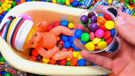 育儿早教:把所有的糖果倒入浴缸,给小宝宝泡澡!宝宝学颜色