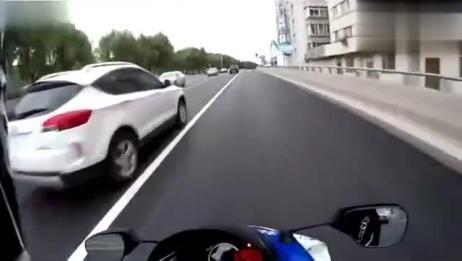 实拍摩托车手闹市左突右蹿险象环生,视生命如儿戏