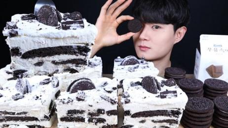创意吃甜点:吃美味巧克力奶油蛋糕