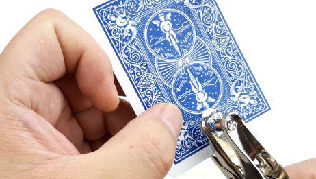 纸牌上的孔竟然可以任意游走,这是如何做到的呢?近景魔术科普