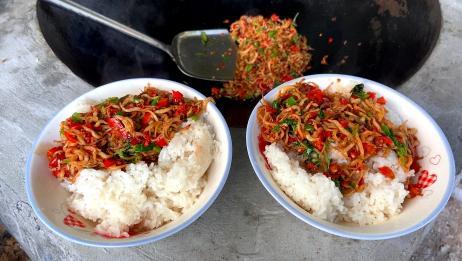 这才是新鲜银鱼最好吃的做法,加上辣椒和荆芥,开胃又下饭