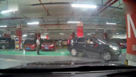 新手女司机地下停车场2分11秒的极品停车