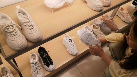 打工妹去买鞋,试完才知实体店和网上差价很多,如果是你会怎么选