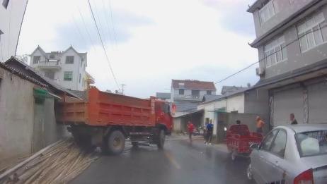 大货车司机的神操作,居然把车倒到别人家墙上,厉害了