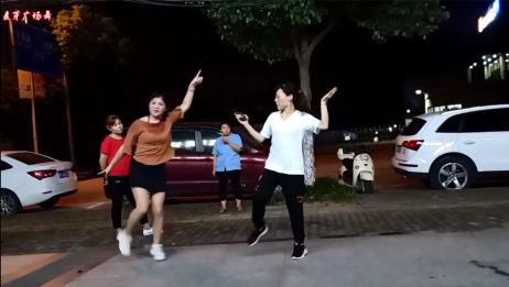 这段鬼步舞边跳边喊口令 白衣女子很快跟拍了