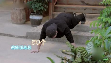 贾乃亮楼梯上做俯卧撑,一口气做50个,作为运动员的董力都佩服