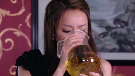 油腻老总强逼美女喝酒,不料美女酒量太浅,下秒老总悔不当初!
