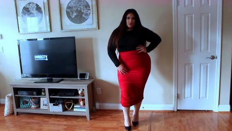 潮流穿搭:黑色上衣搭配红色裙子