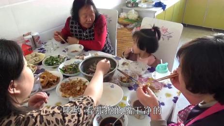 农村女婿到城里丈母娘家过新年,包饺子,炸带鱼,这女婿真不错