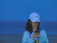 杨紫海边写真新鲜出炉 很适合她