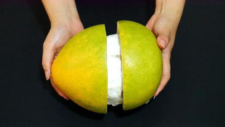 剥柚子别再费力抠,学会这招,轻松剥出完整柚子,放一周都新鲜