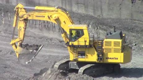 实拍:小松PC2000巨无霸挖掘机,看看它的铲斗有多大?