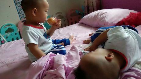 双胞胎兄弟日常 哥哥调皮打弟弟 弟弟好脾气让着自己到一边去玩