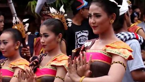 巴厘岛的奇葩接吻节,男生可以随便亲吻心仪女生,你想去看看吗