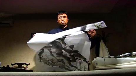 鹰与枭:男子拿起画看了看,为何露出这个表情