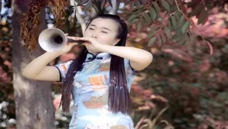 女歌手唢呐吹奏《红枣树》,唢呐一响就陶醉其中,欢快好听!