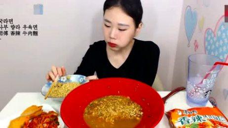 韩国女孩吃康师傅香辣牛肉面,无形中给厂家做了一次免费广告