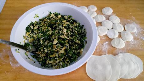 东北大妈用小白菜和馅包饺子,味道鲜美,比肉馅饺子还好吃