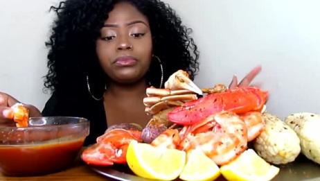 美国吃蟹阿姨,吃这么丰富的海鲜,蘸料吃看着好有胃口啊