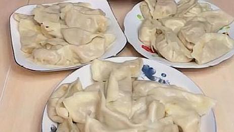 东北老铁极限挑战,麻辣面皮直接开吞,网友:真有那么好吃?