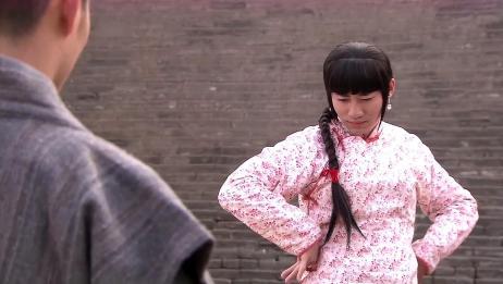 国产剧:男子男扮女装不懂不懂手势,这兰花指捏的,太好玩了!