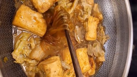 白菜猪肉豆腐炖粉条这样做真好吃,汤浓肉香简单易做,上桌抢着吃