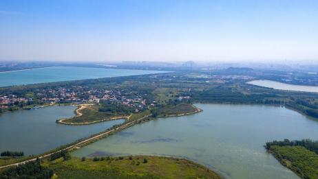 航拍济南黄河北岸的龙湖湿地,绿树成荫生态环境优美