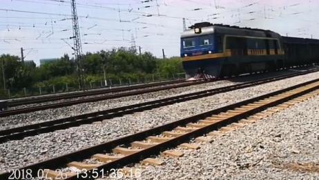 火车实拍:东风8B内燃机车牵引,集装箱列车经过天津北仓车站