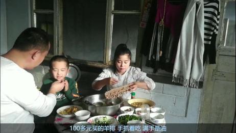 啥家庭这么有钱?东北哈尔滨农村美女手抓羊排吃:满手是油